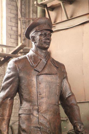 Художественное литье из бронзы. Ю.А.Гагарин. Фрагмент фигуры. Автор - Равиль Юсупов.
