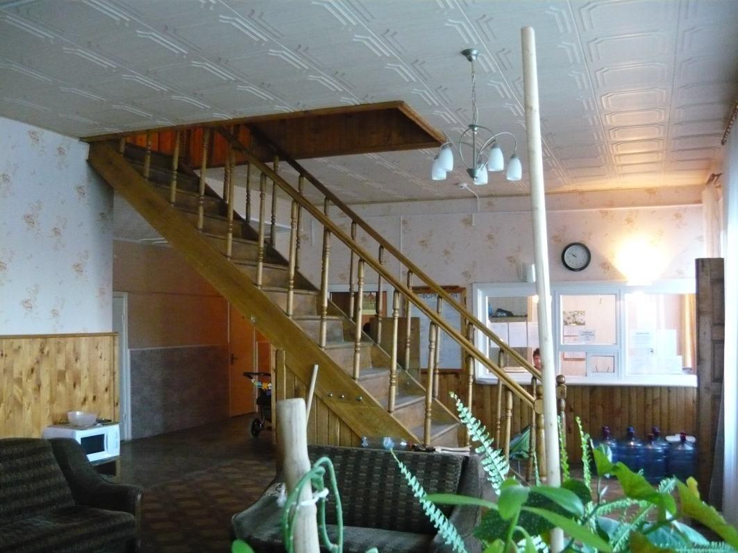 """Гостиница """"Транзит"""" (тел. +7 (4812) 47-48-34). Холл с лестницей на второй этаж. Адрес гостиницы: п.Авторемзавод, д.1А, Смоленская обл., Смоленский р-н."""