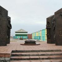 Монумент «Создателям ядерного щита России» установлен в поселке Белушья Губа (Архангельская область) на Новой Земле.