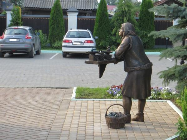 «Огуречница».   г.Суздаль, Николаевский посад.  Работа И.Черноглазова. Бронза.