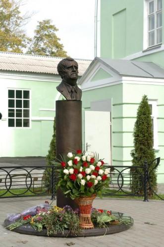 Бюст композитора Георгия Свиридова. Установлен в г.Фатеж (Курская область).