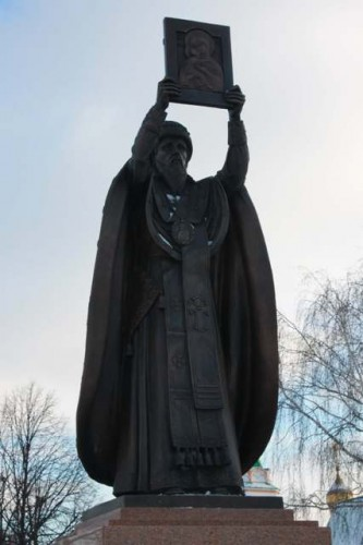 Памятник святителю Гурию Казанскому.Установлен на территории Свято-Троицкого мужского монастыря г.Чебоксары